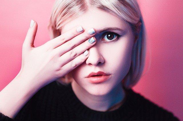 vrouw met acne in paniek